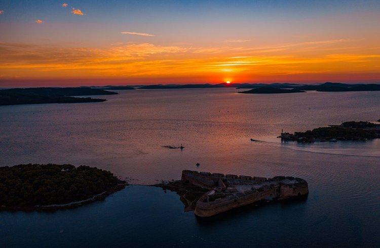 sibenik-boat-tour-yacht-charter-sailo-kaprije-island