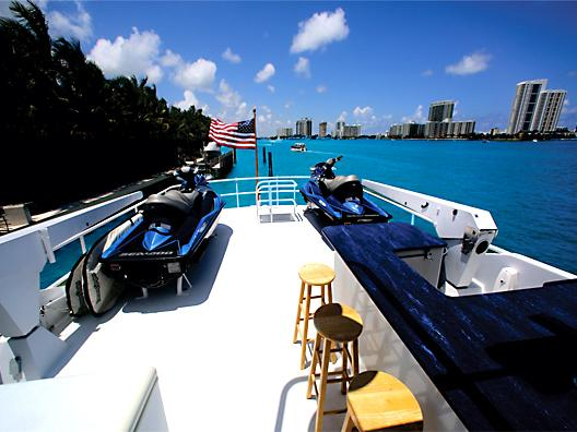 This 100.0' Hatteras cand take up to 12 passengers around Miami