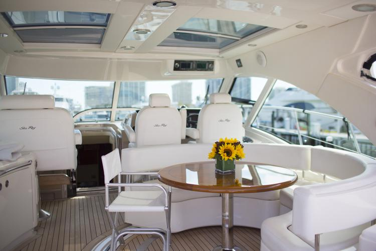 Discover Fort Lauderdale surroundings on this Sundancer Sea Ray boat