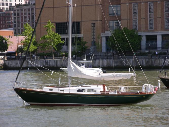 Discover New York surroundings on this Custom Pilot 35 Hinckley boat