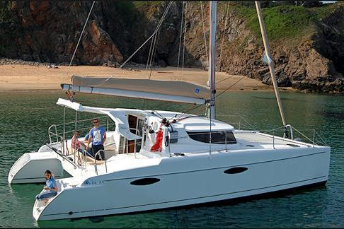 Discover Road Town surroundings on this Mahe 36 Duo Evolution Fountaine Pajot boat