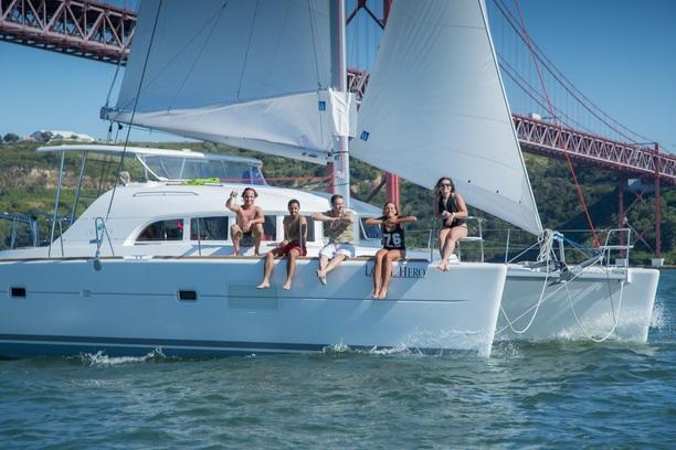 Discover Lisboa surroundings on this S380 S2 Lagoon boat