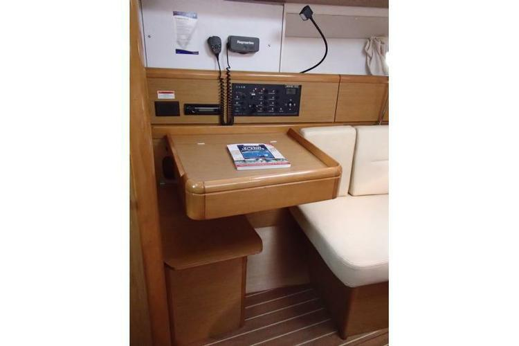 Discover Road Town surroundings on this 39i Jeanneau boat