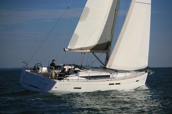 This 43.0' Jeanneau cand take up to 10 passengers around Campania