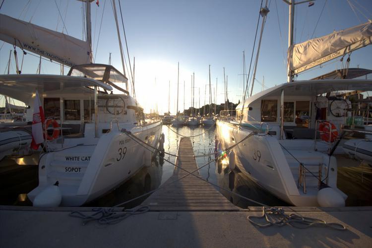 This 38.0' Lagoon-Bénéteau cand take up to 10 passengers around Šibenik region