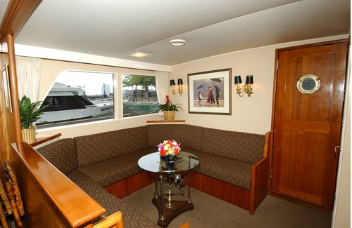 Discover New York surroundings on this Custom 65 Motoryacht Stephens Bros. boat