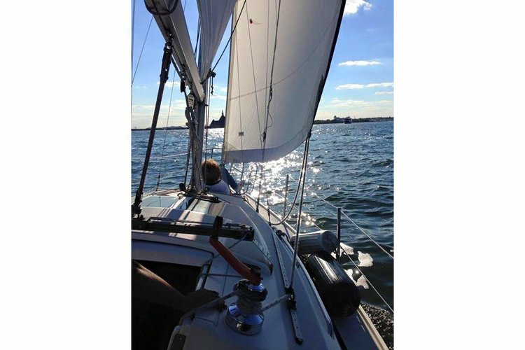 Discover West Haverstraw surroundings on this 270 Catalina boat