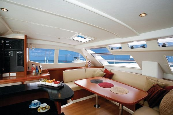 Discover St. Maarten surroundings on this 4600 Leopard boat