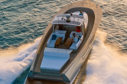 Try this luxury motorboat on St Tropez's waters !