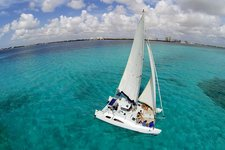 Discover the beauty of Isla Mujeres onboard this amazing Catamaran !