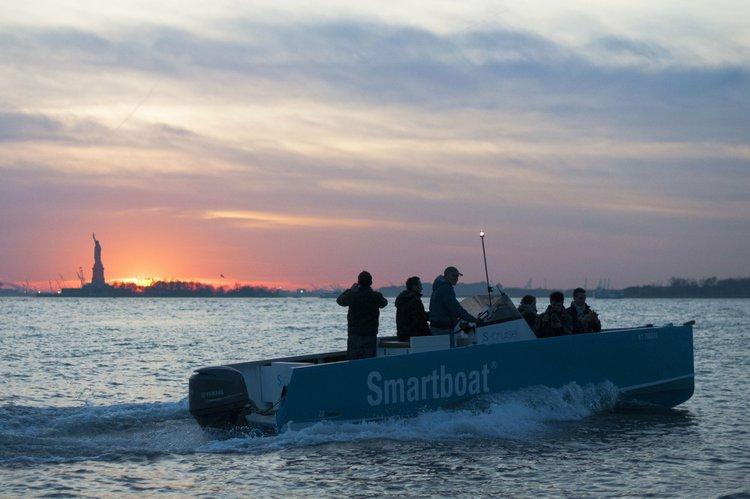Discover Copiague surroundings on this Smartboat 23 Smartboat boat