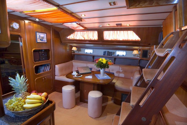 This 55.0' 2014 cand take up to 10 passengers around Alimos
