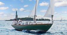Discover the art of sailing on a beautiful Hinckley Pilot 35!