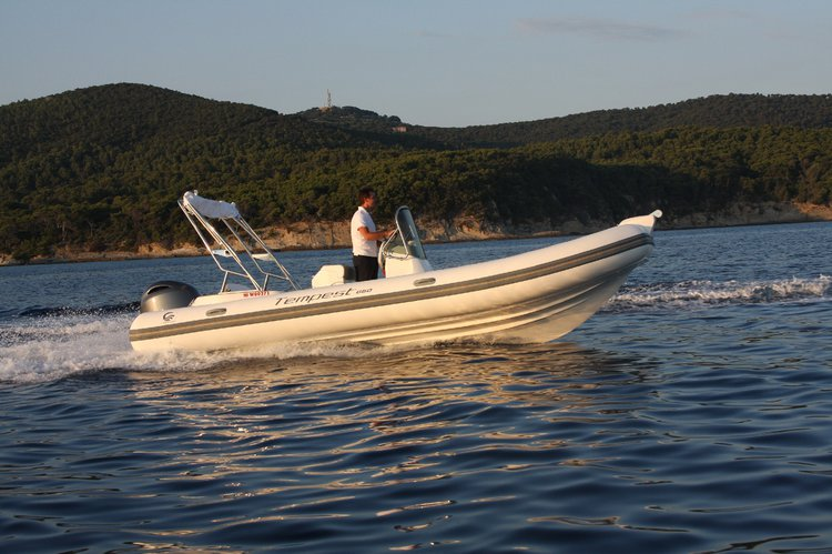This 21.8' Capelli cand take up to 10 passengers around Lagos