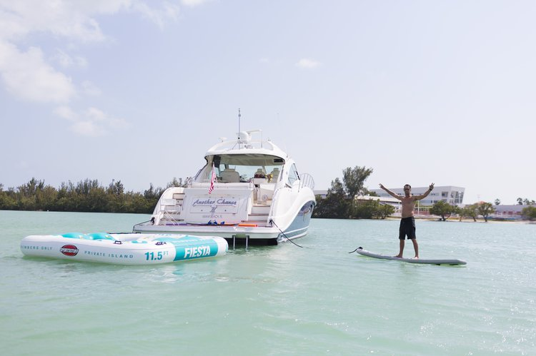 This 60.0' Sea Ray cand take up to 12 passengers around Fort Lauderdale