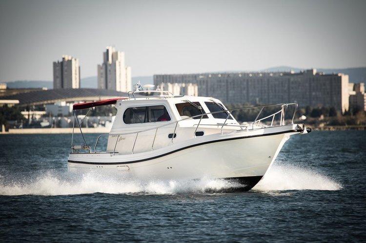 Discover Zadar region surroundings on this Damor 980 Fjera Damor boat