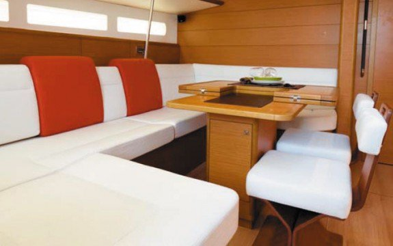 This 46.09' Jeanneau cand take up to 10 passengers around Phuket