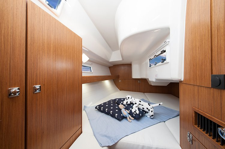 Up to 5 persons can enjoy a ride on this Bavaria Yachtbau boat