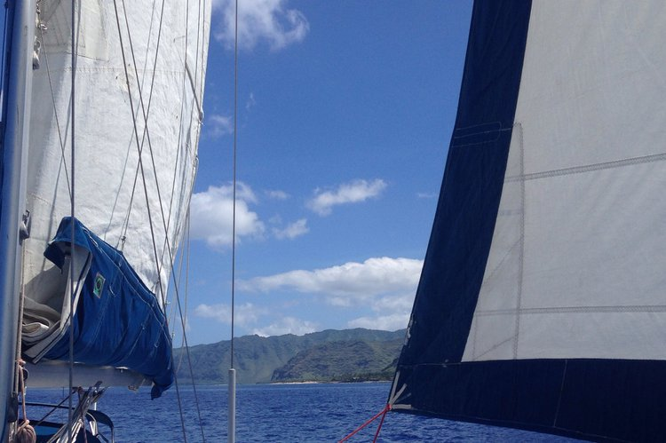 This 42.0' Beneteau cand take up to 6 passengers around Honolulu