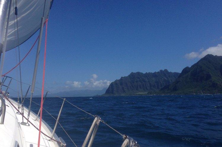 Discover Honolulu surroundings on this 411 Beneteau boat