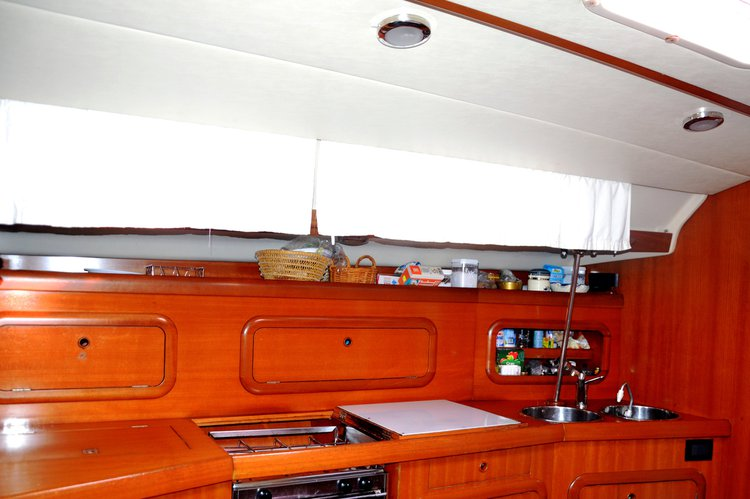 Up to 10 persons can enjoy a ride on this Sloop boat