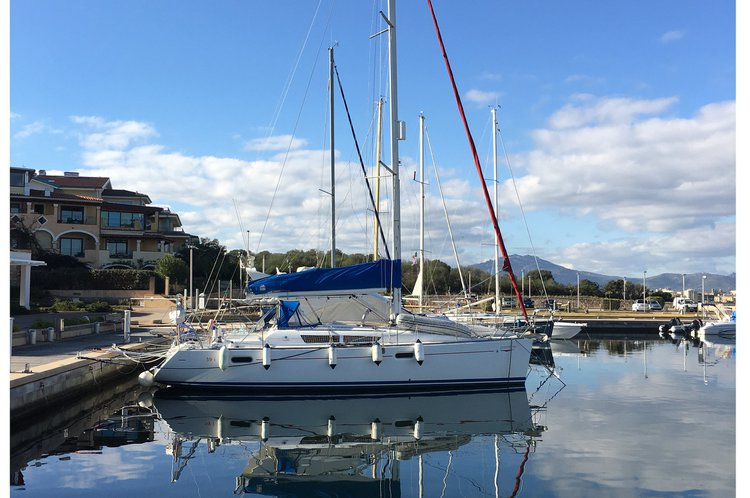 Discover Alicante surroundings on this SunOdyssey 39i Jeanneau boat