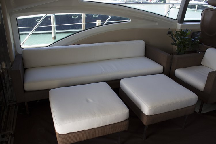 Discover New York surroundings on this 68S Express Cruiser Azimut boat