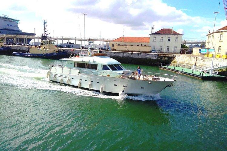 Discover Lisboa surroundings on this Apreamare 9 Apreamare 9 boat