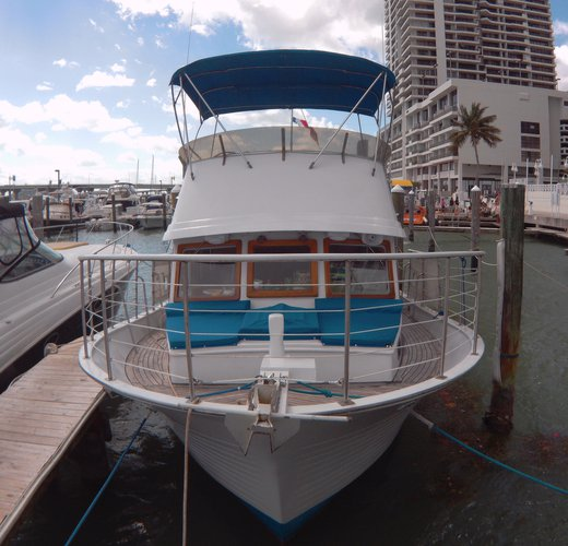 This 40.0' Albin cand take up to 20 passengers around Miami