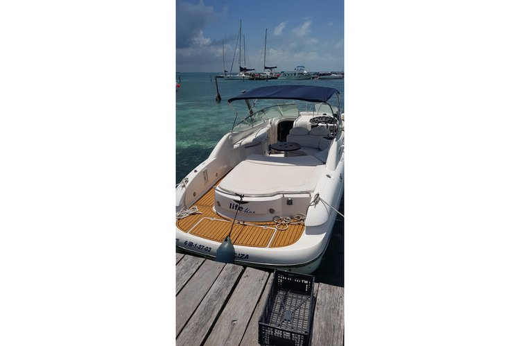 This 30.0' Sessa cand take up to 12 passengers around Cancún