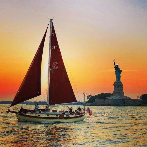 This 42.0' Tayana cand take up to 6 passengers around New York