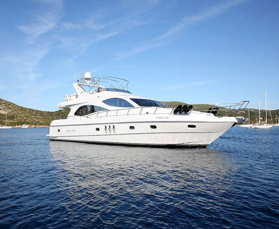 Hop aboard this gorgeous motor boat rental in India!