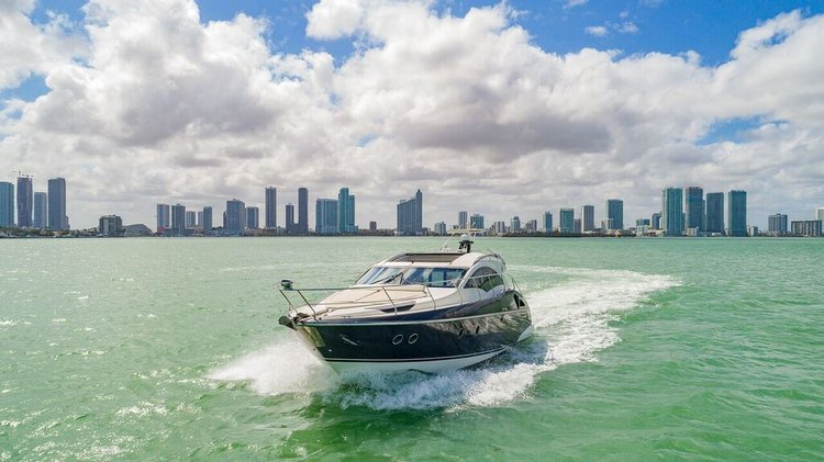 This 43.0' Marquis cand take up to 10 passengers around Miami