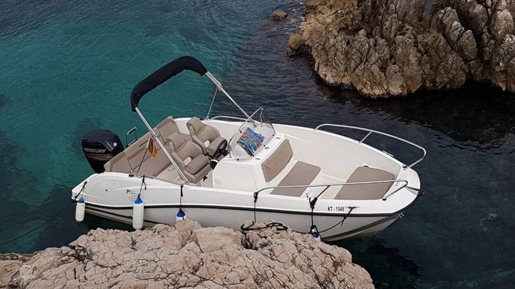 Discover kotor surroundings on this Open 555 Quick Silver boat