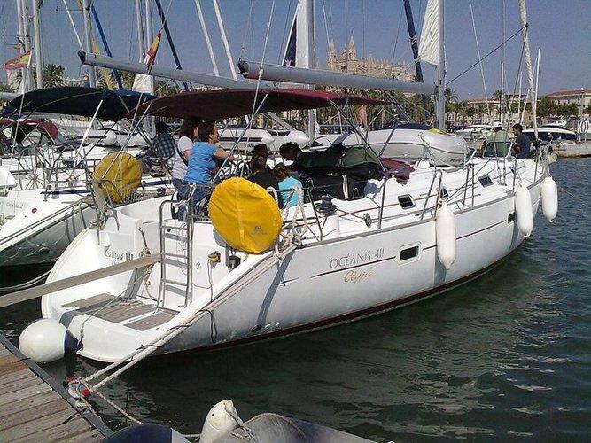 Jump aboard this beautiful Beneteau Oceanis 411-4