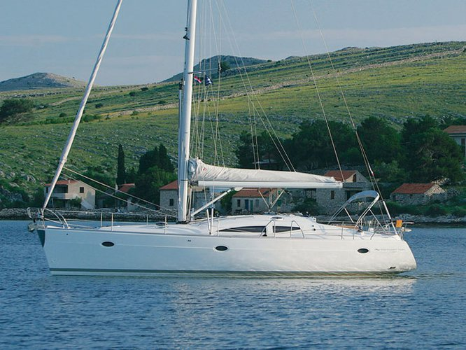 Relax on board our sailboat charter in Pula
