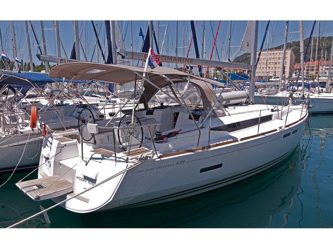 Jump aboard this beautiful Jeanneau Sun Odyssey 439