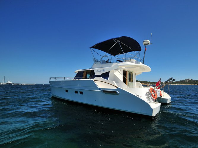 This motor boat charter is perfect to enjoy Portisco