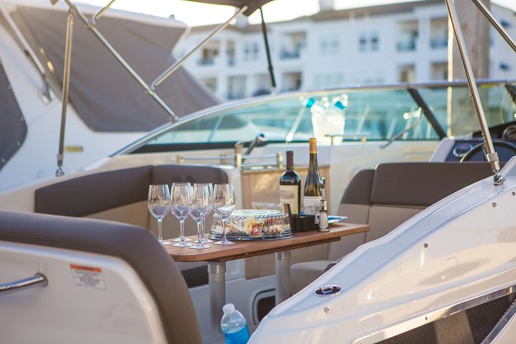 Discover Newport Beach surroundings on this SUNDANCER 260 SEA RAY boat