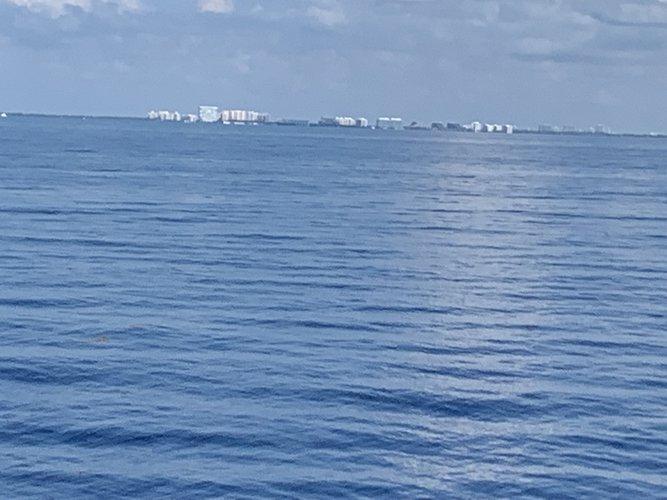 This 52.3' Sea Ray cand take up to 6 passengers around Miami