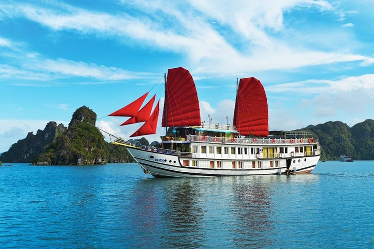 This motor boat rental is perfect to enjoy Halong Bay