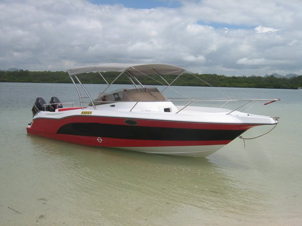 This motor boat rental is perfect to enjoy Trou d´Eau Douce.