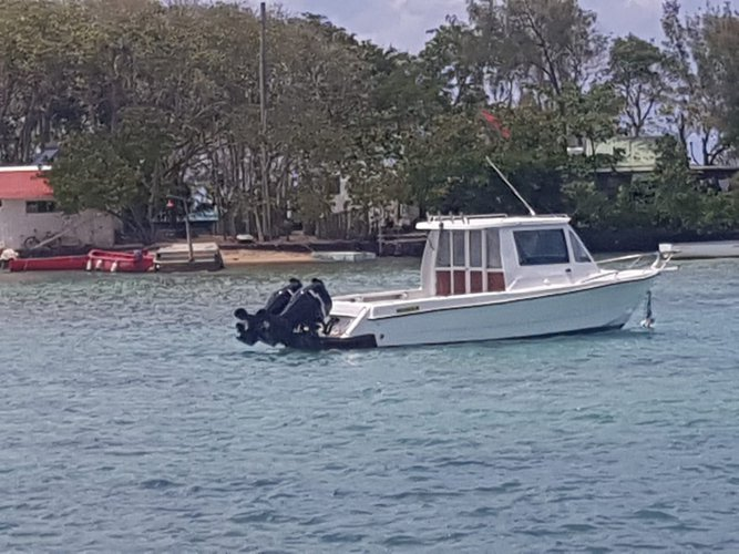 This motor boat rental is perfect to enjoy Blue Bay, Mauritius