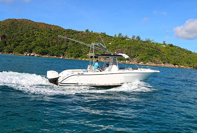 This motor boat rental is perfect to enjoy Seychelles