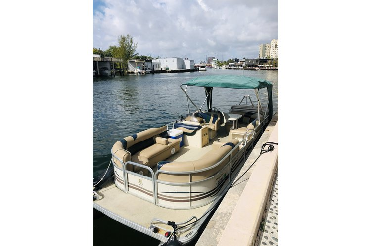 Up to 6 persons can enjoy a ride on this Pontoon boat
