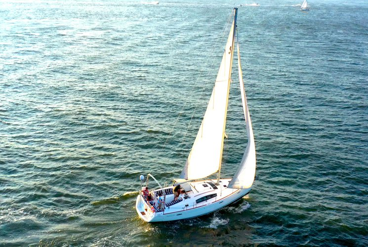 Discover New York surroundings on this 40 Beneteau boat