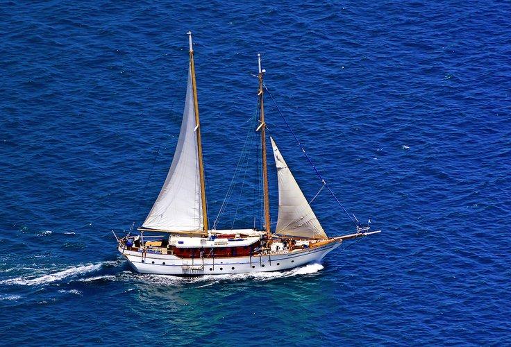This 100.0' Charles Whippy & Co cand take up to 50 passengers around Denarau Island