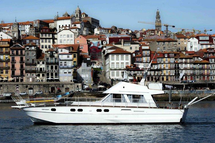 This 46.0' Aresa cand take up to 12 passengers around Porto
