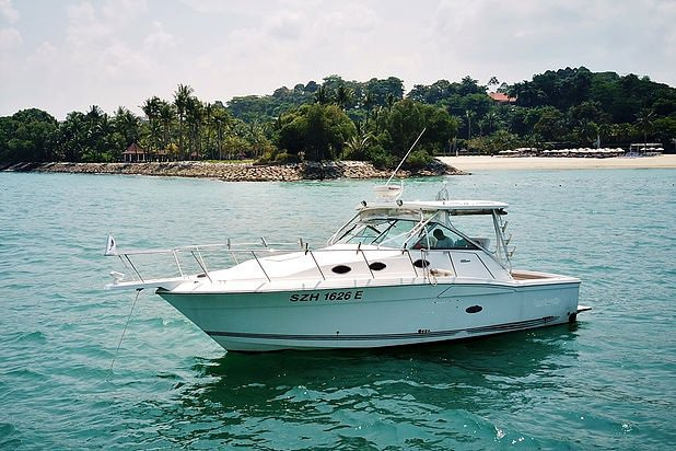 This motor boat rental is perfect to enjoy Sentosa Cove