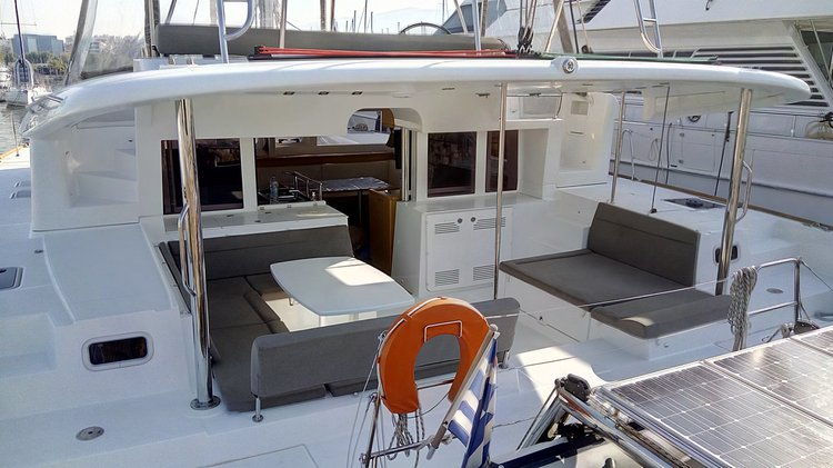 Discover Alimos surroundings on this 450 Lagoon boat